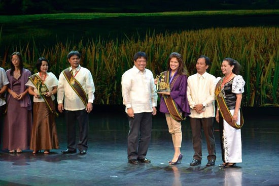 Ilocos Norte was awarded a trophy and a check worth P4 million by Agriculture Secretary Proceso J. Alcala and National Rice Program Coordinator and acting Undersecretary for Field  Operations Dante S. Delima last Friday, March 14 in Pasay City. From R-L: Provincial Agriculturist Norma Lagmay, USec. Delima, Ilocos Norte Governor Imee Marcos, Sec. Alcala. (Photo Courtesy of PGIN-OPAG)