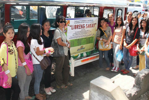 Libreng-Sakay - Vacationers pose for a souvenir photo beside the Tourister Jeep used during the Libreng-Sakay program of the city for the months of April and May 2014. The tourist jeep was a donation from the Office of Cong. Victor Ortega. (Photo by: Alex S. de Guzman-City Media Bureau)