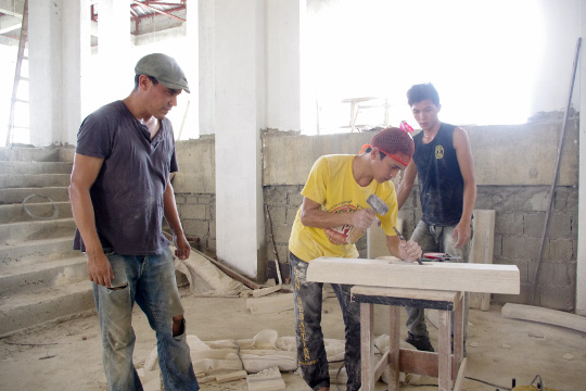 PGIN Task Force Trabaho offers first free masonry training in N. Luzon Delfino Nicanor Néquiz, Mexican master mason and instructor at Escuela Taller, (left) supervises his students as they work on the stone carvings for the grand staircase of the Paseo de Paoay in Paoay, Ilocos Norte last November 15, 2013. The PGIN will partner with Escuela Taller, an Intramuros-based trade school established by a Spanish agency, in implementing a free six-month basic masonry training for Ilocos Norte youth. (PGIN CMO Photo / Alaric A. Yanos