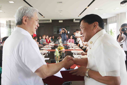 Governor Amado T. Espino, Jr. (right) shakes hand with University of the Philippines (UP) President Alfredo E. Pascual (left) after the signing of the memorandum of understanding between the UP and the Provincial Government of Pangasinan to facilitate the public service and technical assistance of UP to the province last June 18 in UP Diliman, Quezon City. /MVSadim